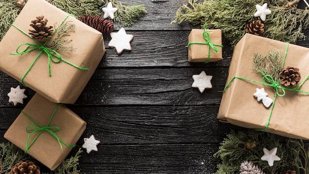 Disposizione festiva dei regali di natale Foto Premium