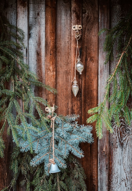 Decorazione festiva della finestra di natale con rami di abete, ghirlande e coni. segno di buon natale e bagattelle sul davanzale della finestra Foto Premium