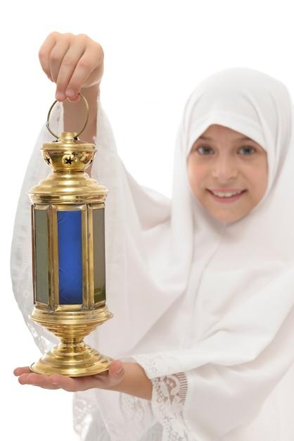 Lanterna festiva del ramadan nelle mani della ragazza musulmana felice Foto Premium
