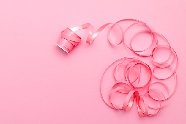 Nastro festivo su sfondo rosa Foto Premium
