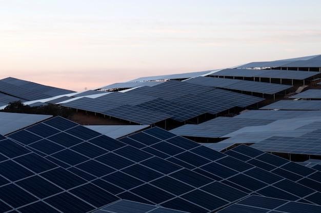Campo di pannelli solari Foto Premium
