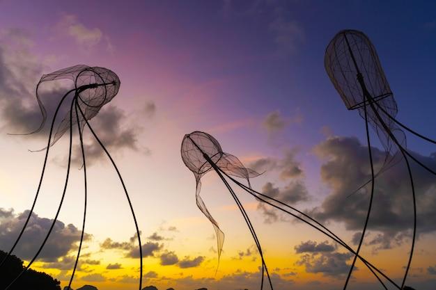 Figure di meduse sul cielo al tramonto. Foto Premium
