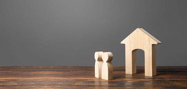 Figure di persone guardano la casa. alloggio comodo ed economico. Foto Premium
