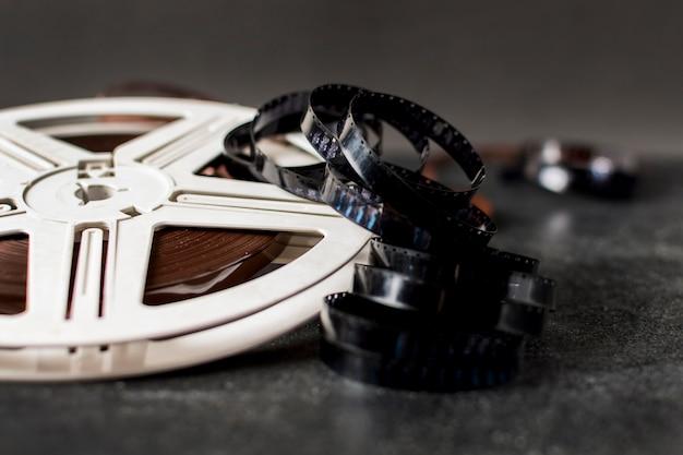 Bobina di pellicola e strisce di pellicola su sfondo scuro Foto Premium