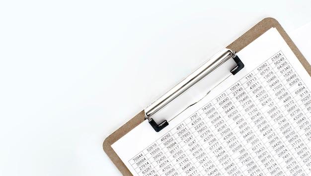 Documentazione finanziaria, piatto di carta con munizioni. concetto di affari Foto Premium