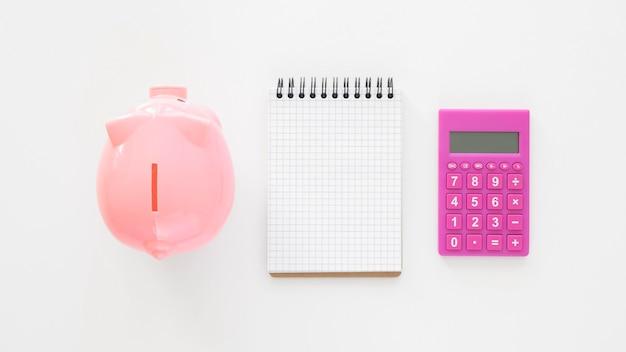 Assortimento di elementi finanziari con blocco note vuoto Foto Premium