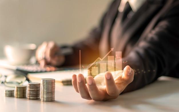 Grafico della crescita finanziaria a portata di mano, gli uomini d'affari stanno documentando la finanza dell'ufficio, le idee finanziarie e gli investimenti in prestiti. Foto Premium