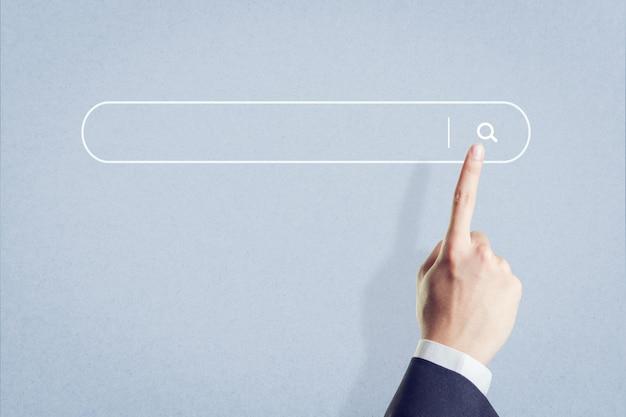 Dito che preme un bottone di ricerca, cercante concetto di internet di dati di lettura rapida. Foto Premium