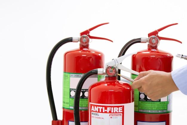 Servizi di ispezione di controllo di ingegneria di protezione antincendio il carro armato rosso degli estintori. Foto Premium