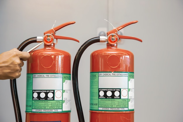 I vigili del fuoco stanno controllando il serbatoio degli estintori nell'edificio. Foto Premium