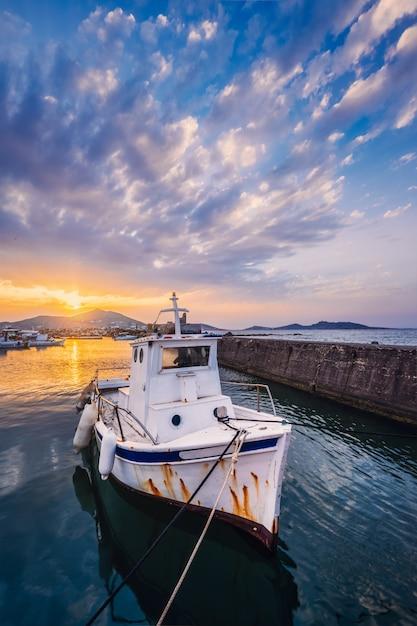 Peschereccio in porto di naousa sul tramonto. paros island, grecia Foto Premium