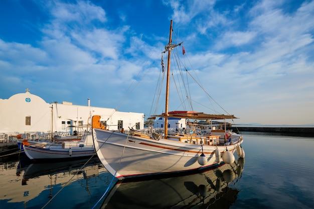 Pescherecci nel porto di naousa. paros island, grecia Foto Premium
