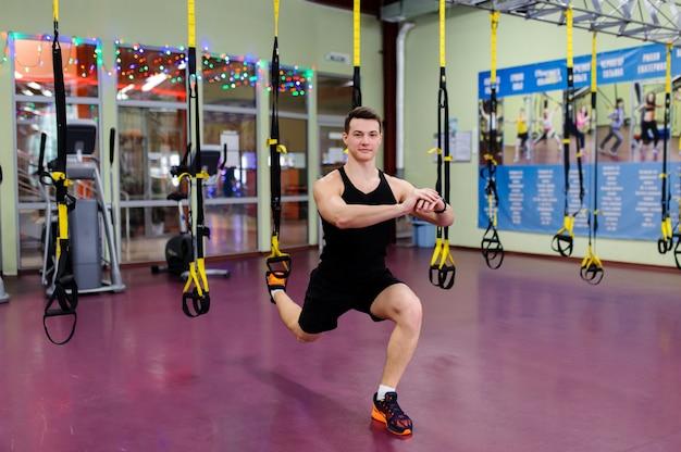 Istruttore di fitness in palestra. Foto Premium