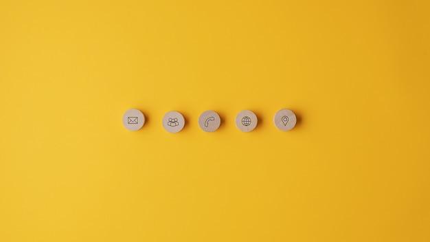 Cinque cerchi in legno tagliati con icone di contatto e informazioni posizionati in fila Foto Premium