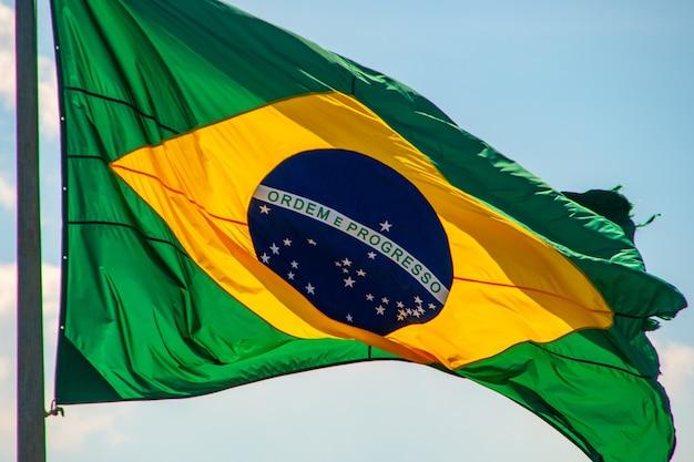 Bandiera del brasile all'aperto a rio de janeiro in brasile. Foto Premium