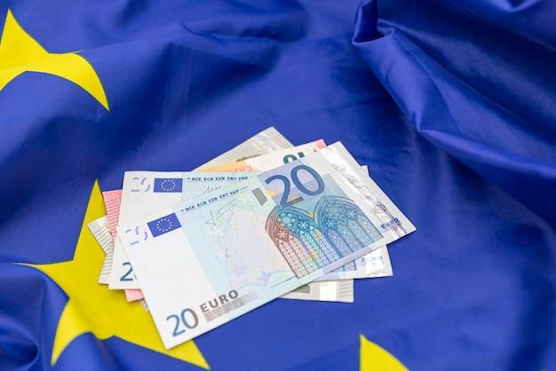 Bandiera dell'unione europea ue e un po 'di soldi in euro in alto, Foto Premium