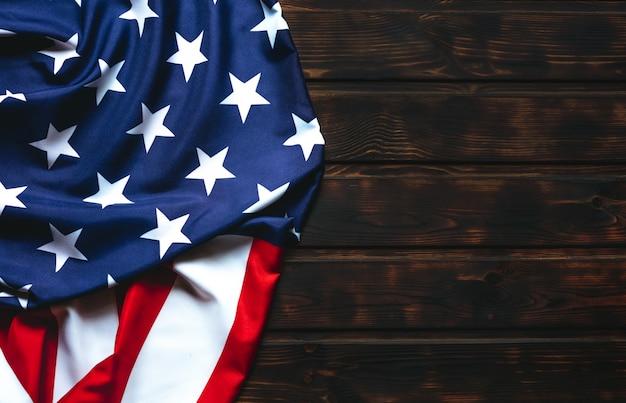 Bandiera degli stati uniti sul tavolo di legno marrone. Foto Premium