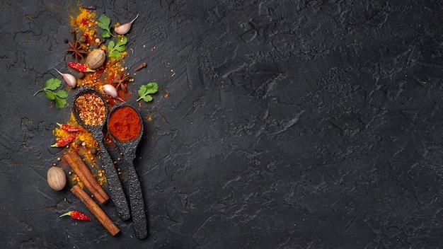 Le spezie asiatiche dell'alimento di disposizione piana si mescolano con lo spazio della copia Foto Premium