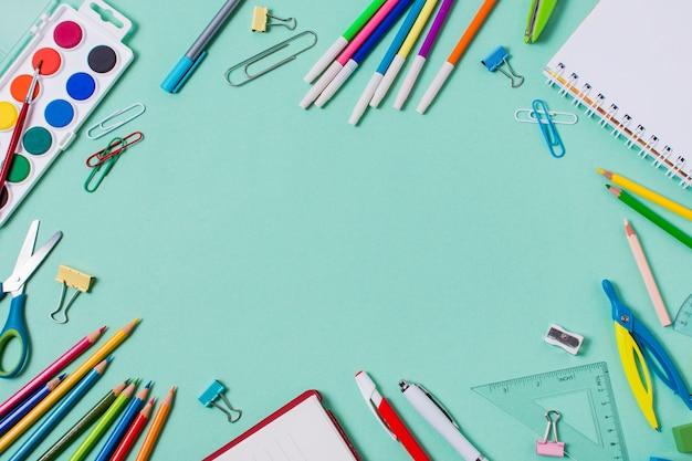 Disposizione piana di nuovo al concetto della scuola con lo spazio della copia Foto Premium