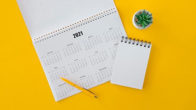 Calendario piatto laici e blocco note dello spazio della copia Foto Premium