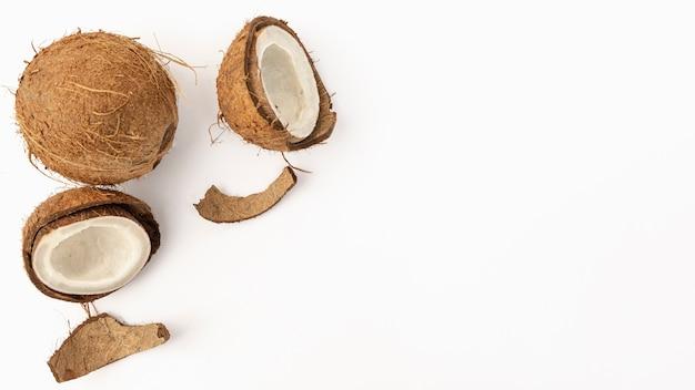 Disposizione piana della noce di cocco con lo spazio delle coperture e della copia Foto Premium