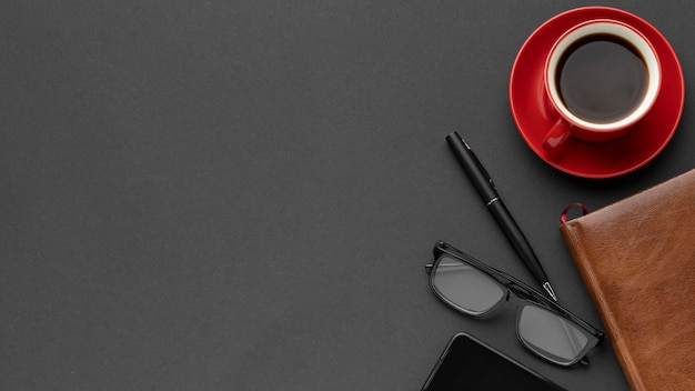 Disposizione degli elementi della scrivania piatta con spazio di copia Foto Premium