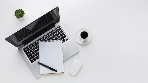 Piatto lay del desktop con laptop e mouse Foto Premium