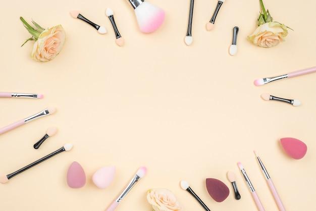 Assortimento di prodotti di bellezza diversi piatti distesi con spazio di copia Foto Premium