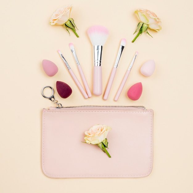 Assortimento di prodotti di bellezza distesi piatti Foto Premium