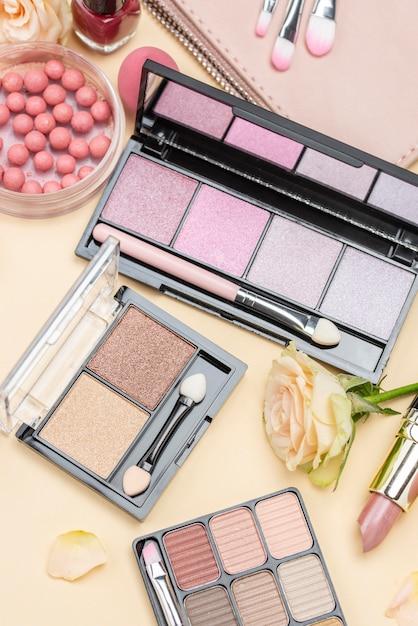 Composizione di prodotti di bellezza distesi piatti Foto Premium