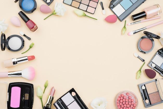 Assortimento di cosmetici diversi distesi piatti con spazio di copia Foto Premium