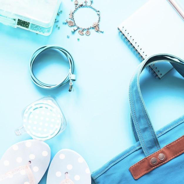 Pianale piano della collezione pastello blu delle accessori femminili, concetto di moda primavera e estate Foto Premium