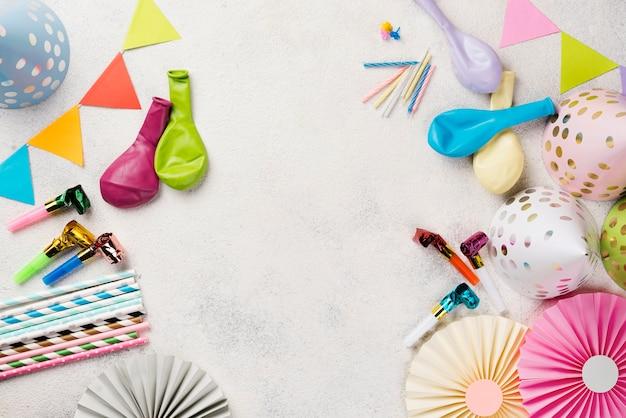 Cornice piatta con cappelli da festa e palloncini Foto Premium