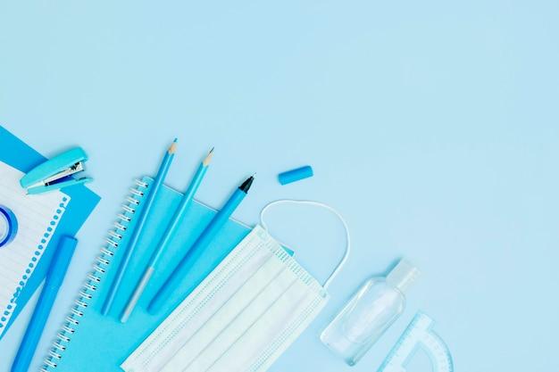 Cornice piatta con materiale scolastico Foto Premium