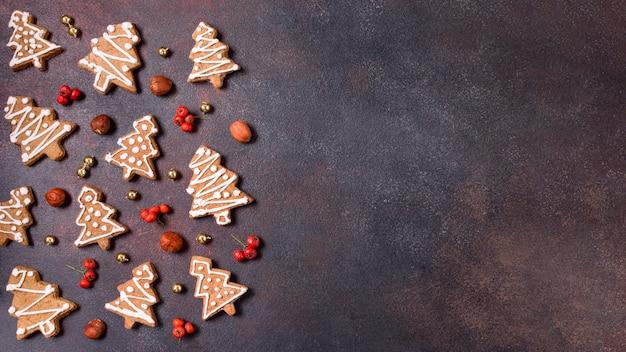 Lay piatto di biscotti di panpepato per natale con copia spazio Foto Premium