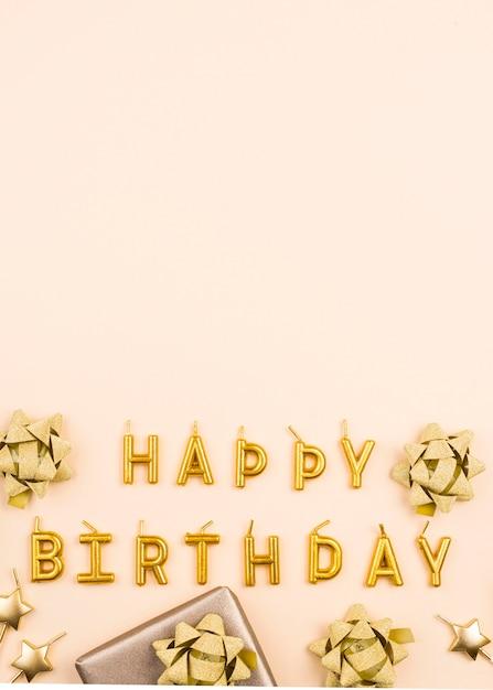 Cornice di decorazioni di compleanno dorate piatte Foto Premium