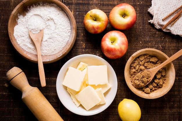 Lay piatto di ingredienti per la torta di ringraziamento con mele e burro Foto Premium