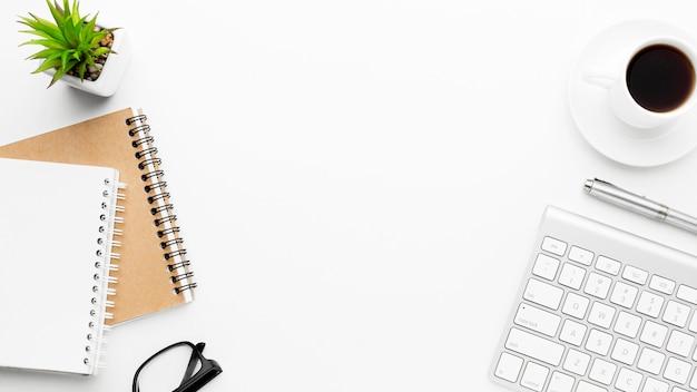 Cornice piatta per oggetti distesi con copia-spazio Foto Premium
