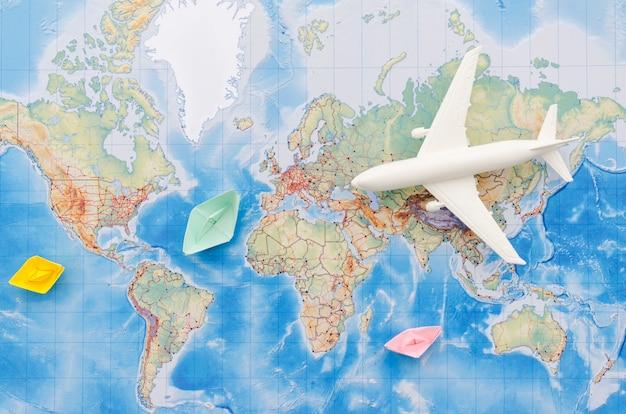 Disposizione piana della mappa con il giocattolo dell'aeroplano Foto Premium