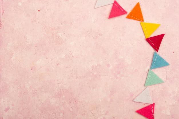 Disposizione piana della ghirlanda multicolore con lo spazio della copia Foto Premium