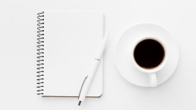 Quaderno piatto e disposizione caffè Foto Premium
