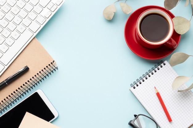 Disposizione di elementi di ufficio piatto laici con spazio di copia Foto Premium