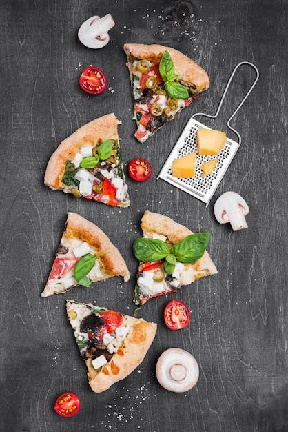 Composizione di fette di pizza piatto laici Foto Premium