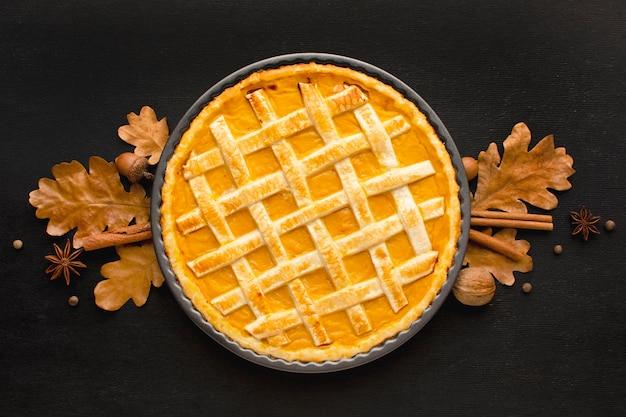 Lay piatto di torta di zucca per il ringraziamento Foto Premium