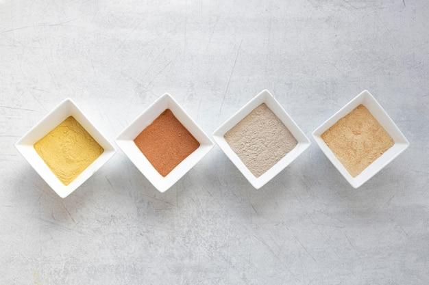 Sabbia piatta laici su sfondo grigio Foto Premium