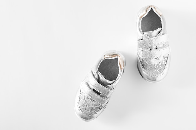 Distesi. le scarpe sportive per bambini argento isolate su uno sfondo bianco Foto Premium