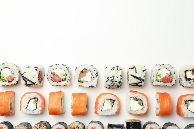 Piatto disteso con involtini di sushi. cibo giapponese Foto Premium
