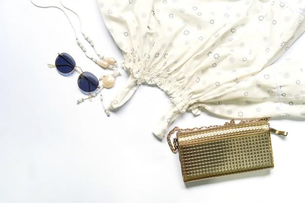Piatto posare di vestiti e accessori donna con occhiali, borsetta. Foto Premium