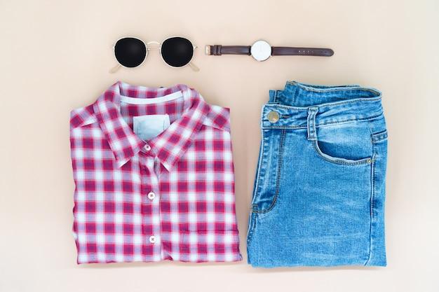 La disposizione piana dei vestiti e degli accessori della donna ha messo con gli occhiali, orologio. Foto Premium