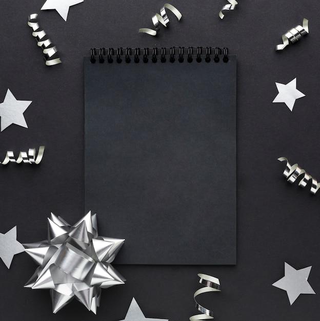 Cornice scura con decorazioni in argento Foto Premium